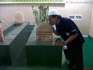 Salah seorang kru Sarkub dari Tangerang menyempatkan diri untuk berziarah ke makam Mbah Ratu di Bangil Pasuruan